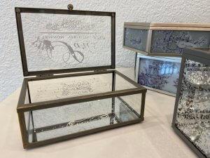 Sklo a kov, krabička, šperkovnice, v. 6 cm, š. 14 cm, h. 9 cm, 570,-