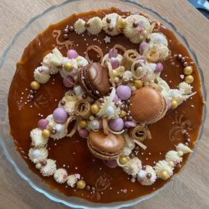 Karamelová čokoláda, křupinky, vyšlehaná smetana, karamel